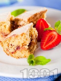 Бърз и вкусен маслен сладкиш / кекс без мляко със сладко от ягоди или мармалад по средата - снимка на рецептата